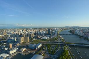 信濃川と新潟市の街並の写真素材 [FYI01630192]