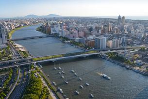 信濃川と新潟市の街並の写真素材 [FYI01630233]