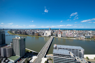 信濃川と新潟市の街並の写真素材 [FYI01630259]