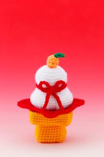 編みぐるみの鏡餅の写真素材 [FYI01630278]