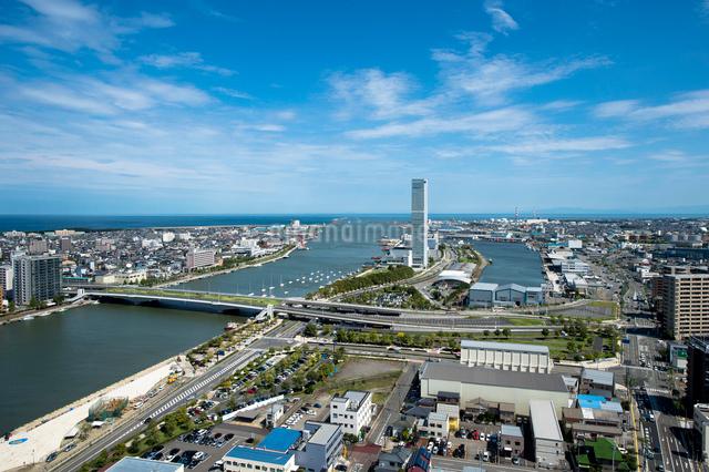 新潟市の街並と信濃川河口の写真素材 [FYI01630302]