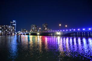 萬代橋のライトアップと夜景の写真素材 [FYI01630311]