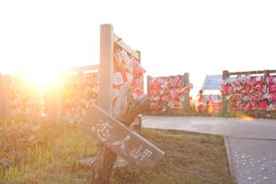 日本海に沈む夕日と恋人岬の写真素材 [FYI01630413]