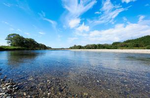 秋の三面川の写真素材 [FYI01630447]