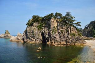 初夏の笹川流れの眼鏡岩の写真素材 [FYI01630471]