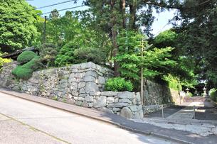 穴太積の石垣が続く坂本の寺町の写真素材 [FYI01630501]