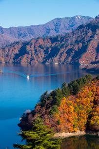 秋の奥只見湖と遊覧船の写真素材 [FYI01630576]