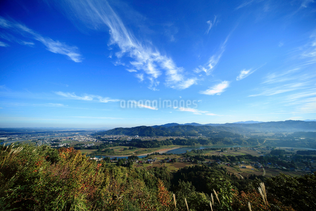 秋空と信濃川の写真素材 [FYI01630613]