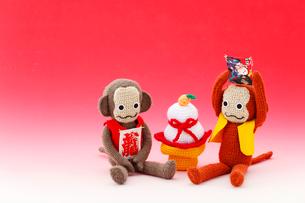 編みぐるみの猿と鏡餅の写真素材 [FYI01630659]