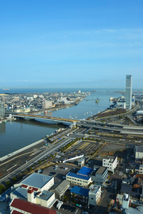新潟市内の街並と柳都大橋の写真素材 [FYI01630676]