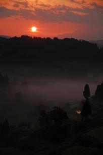 山並みと朝日の写真素材 [FYI01630691]