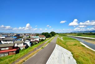 堤防と長岡市の家並みの写真素材 [FYI01630719]
