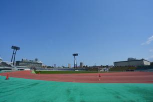 新潟市陸上競技場のトラックの写真素材 [FYI01630770]