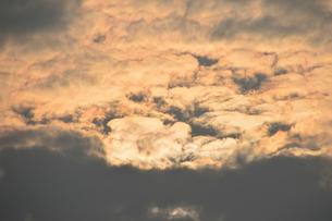 朝焼けに染まる雲の写真素材 [FYI01630848]