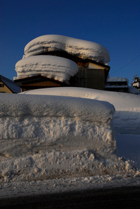 家に積もった雪の写真素材 [FYI01630900]