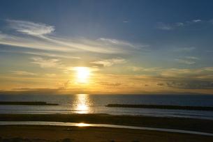 日本海に夕日が沈むの写真素材 [FYI01630913]