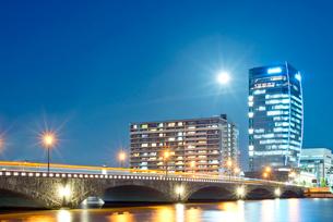 萬代橋とメディアシップの夜景の写真素材 [FYI01630995]
