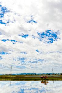 田植え前の水田に映り込む雲の写真素材 [FYI01631009]