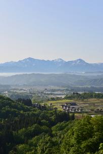 越後三山と町並みの写真素材 [FYI01631060]