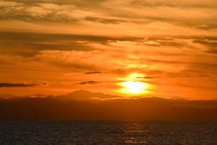 佐渡に沈む夕日の写真素材 [FYI01631097]
