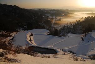 雪の棚田と山並みの写真素材 [FYI01631105]