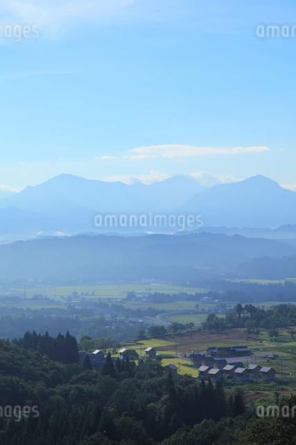 おぢやクラインガルテンふれあいの里と越後三山の写真素材 [FYI01631176]