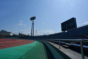 新潟市陸上競技場のトラックの写真素材 [FYI01631178]