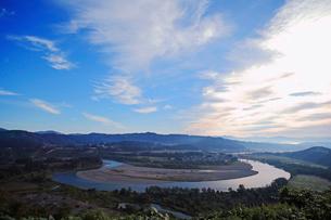 秋空と信濃川の写真素材 [FYI01631231]