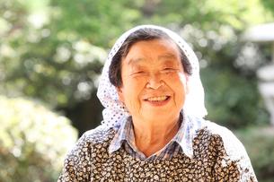 笑顔のおばあちゃんの写真素材 [FYI01631249]