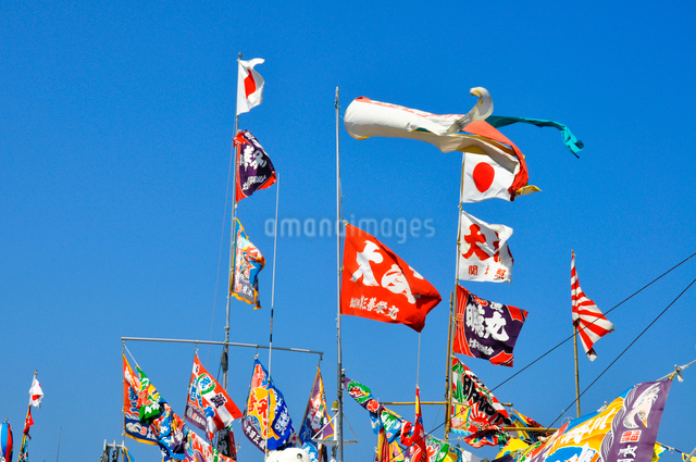 青空に大漁旗の写真素材 [FYI01631317]