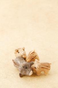 フェルト製のイノシシの母と子のイラスト素材 [FYI01631318]