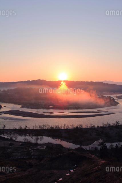 山本山より信濃川と朝日の写真素材 [FYI01631322]
