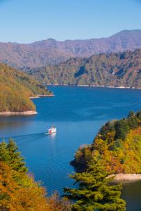 秋の奥只見湖と遊覧船の写真素材 [FYI01631364]
