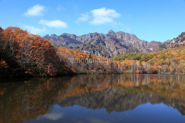 戸隠山と鏡池の写真素材 [FYI01631369]