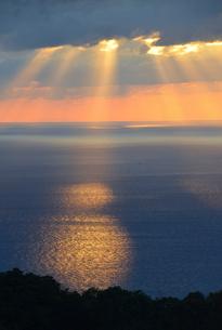 日本海に降り注ぐ光芒の写真素材 [FYI01631409]
