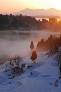 朝もやに包まれた棚田と山並みの写真素材 [FYI01631448]