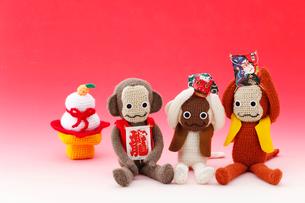 編みぐるみの猿と正月小物の写真素材 [FYI01631496]