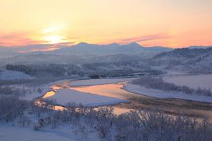 雪の越後三山と冬の信濃川の写真素材 [FYI01631535]