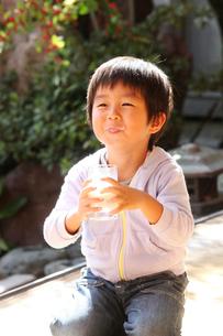 縁側で牛乳を飲む男の子の写真素材 [FYI01631539]