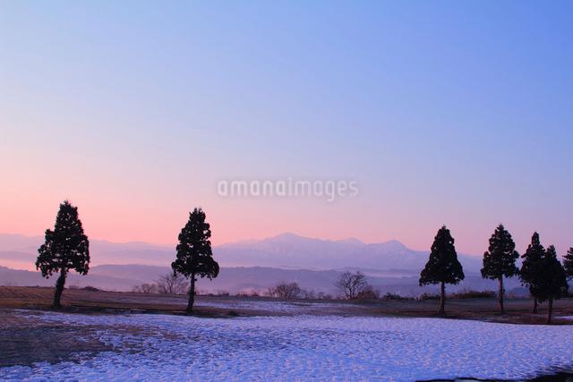 朝焼けの越後三山の写真素材 [FYI01631575]