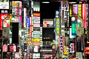 夜の歌舞伎町一番街通り(劇場通り)の写真素材 [FYI01631821]