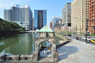 和田倉濠と丸の内・大手町のビル群の写真素材 [FYI01631967]