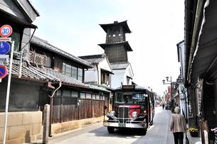 時の鐘と鐘つき通りを走るボンネットバスの写真素材 [FYI01632021]