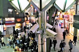 夜の新宿の監視カメラの写真素材 [FYI01632039]