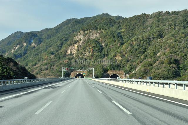 鈴鹿トンネル東側入り口(錐ヶ瀧橋付近)の写真素材 [FYI01632110]