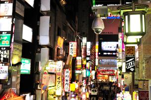 歌舞伎町一番街通り(劇場通り)の監視カメラの写真素材 [FYI01632387]