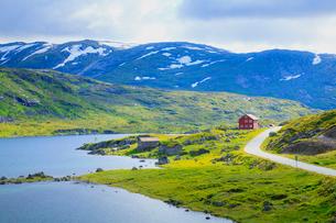 湖と家と道の写真素材 [FYI01633597]