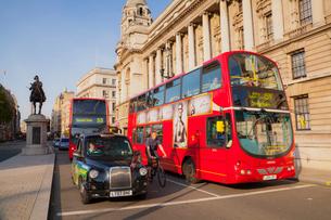 赤いバスとタクシーの写真素材 [FYI01633624]