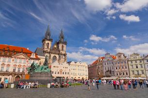 旧市街広場とティーン教会の写真素材 [FYI01634670]