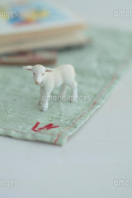 羊のミニチュアと絵本の写真素材 [FYI01634920]